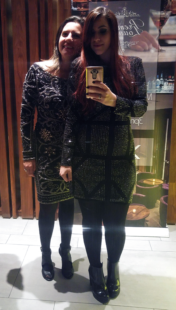 Eu e a Fabi vestindo Jovani para a festa. (Inclusive o vestido da Fabi é um dos novos que ela trouxe pra loja).