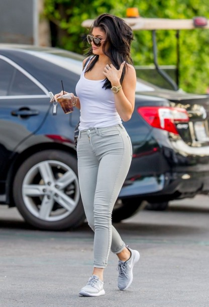 kylie-jenner-in-tight-jeans-out-in-calabasas-august-2015_10-620x910